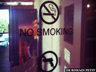 Interdit de fumer - Pas d'armes à feu pour rentrer dans la boutique