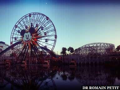 Le soleil se couche à Disney California Adventure Park
