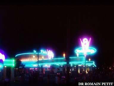 Cars Land de nuit à Disney California Adventure Park