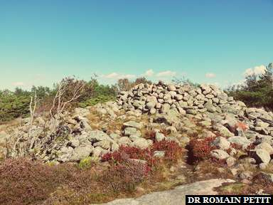 Monticule de pierres en cercle à Kungsklyftan à Fjällbacka.