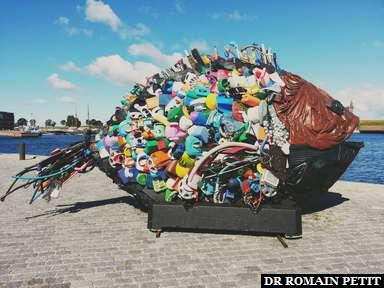 Sculpture de poisson composée de récupérations à Helsingør.