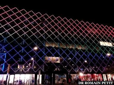 Immeuble aux couleurs du rainbow flag à Copenhague.