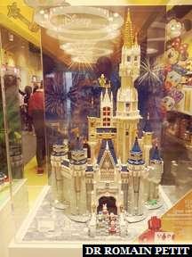 Château Disney en Lego (4080 pièces) dans la boutique Lego de Copenhague.