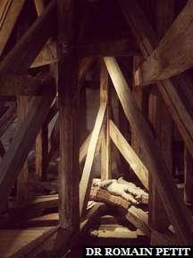 Poupée en bois sous le toit du Château d'Egeskov.