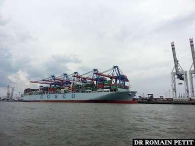 Porte container au port d'Hambourg.