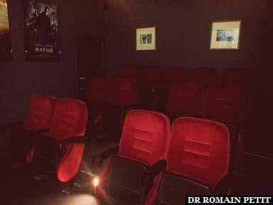 Une petite salle de cinéma (13 places), qui diffuse des Laurel & Hardy et Chaplin, aménagée dans l'hôtel dans un ancien cinéma, à Maastricht.