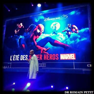 Présentation de la saison <i>L'Été des Super Héros Marvel</i> par un employé de Stark Industries