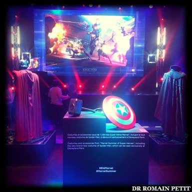 Exposition de costumes et d'accessoires de personnages Marvel