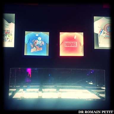 Présentation de t-shirts aux couleurs Marvel