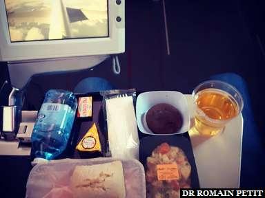 Dîner dans l'avion avec vue