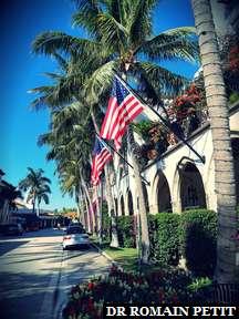 Drapeaux américains sur Worth Avenue, Palm Beach (rue des riches)
