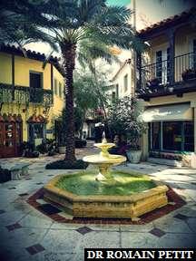 Jolie fontaine sur une place dans une ruelle du 337 Woth Avenue, Palm Beach