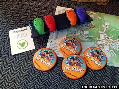 """Lors du checkin de l'hôtel Disney's Animal Kingdom Lodge Resort remise des MagicBands, badges """"Première visite"""" et le plan"""