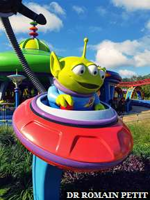 Extra-terrestre de Toy Story devant l'attraction Alien Swirling Saucers à Disney's Hollywood Studios