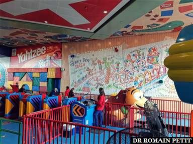 Zone d'embarquement de l'attraction Slinky Dog Dash à Disney's Hollywood Studios