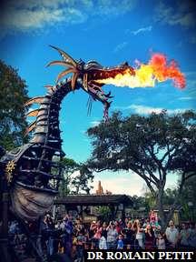 Dragon Maléfique de la parade Festival of Fantasy à Magic Kingdom Park