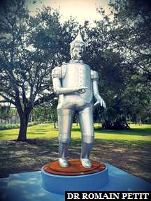 Statue par Coco Fusco représentant l'Homme de Fer-blanc du Magicien d'Oz sous les traits de Donald Trump au musée The Ringling à Sarasota