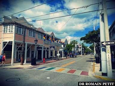 Passage piéton arc-en-ciel dans une rue de Key West