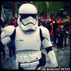 Stormtrooper qui patrouille dans Discoveryland, entre Star Tours et Starport
